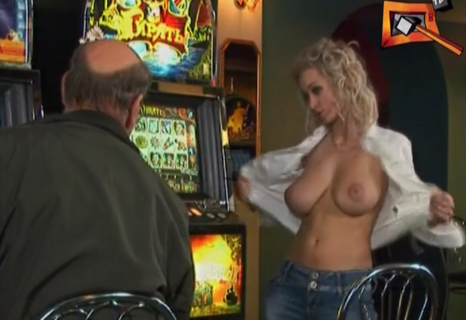 Topless blonde in the casino (Blooper)
